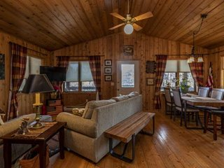 Hilltop Lake views in Wi Dells, fireplace, WIFI, cabin/cottage. You stay We pay