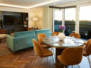 DELUXE THREE BEDROOM APARTMENT Experience Kensington in Luxury