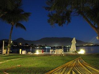 Angra, Casa de 6 quartos, na beira Mar, com deck e praia particular!