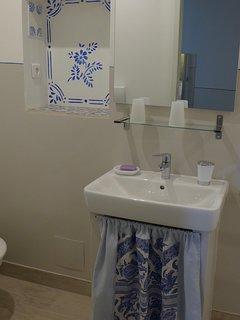 Salle de bain (douche, lavabo wc) attenante à la chambre2