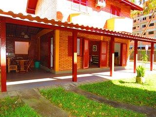 Cód 020A Casa para 10 pessoas, próximo ao mar e localizada no Centro de Bombinha