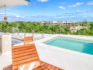 Modern jungle home w/ kitchenette + private rooftop and pool - close to beaches!