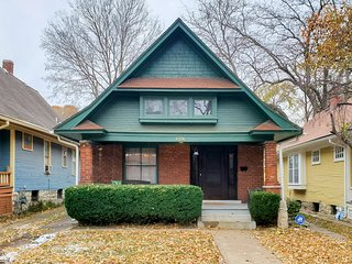 KC Nest - WALK to the Plaza, Westport or 39th St.!! Cozy 2 bed/1 bath w/parking!