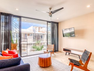 Penthouse with a private pool, rooftop, outdoor dining area, WiFi & partial AC!