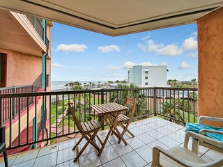 Beautiful condo w/shared pool,hot tub & amazing views- short walk to the beach!