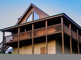 Beautiful 2 bedroom, 2 bath clean log cabin