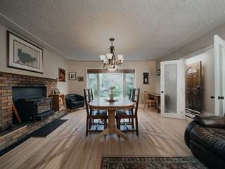 Bright, Spacious, Fantastic location: min to UofC,FMS ,DT, Stampede & Banff hwy