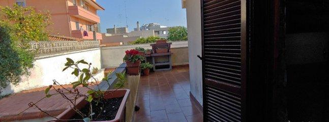 Balkon met barbecue, verder kom je in een klein gebied van 40 vierkante meter met bloemen.
