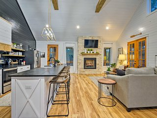 NEW! Chic Cabin w/ Entertainment Deck & Hot Tub