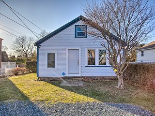 NEW! Cozy Coastal Abode - 1 Mi. to Easton's Beach!