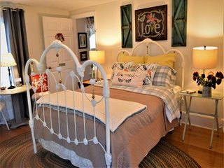 """The """"Cozy L'il Nest"""" Guest Suite at Peabody's 'Hip Little Stay' B&B"""