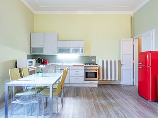 Colorful 2 bed flat w/Parking near the Station