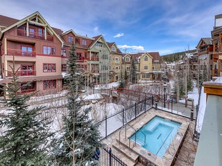 Luxury condo w/Maggie Pond views, shared steam room, hot tubs, and pool!