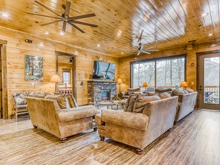 Spacious luxury log cabin great for large groups w/private hot tub & shared pool
