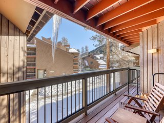 Cozy condo w/ private balcony, shared pool, & hot tub - close to golf & slopes