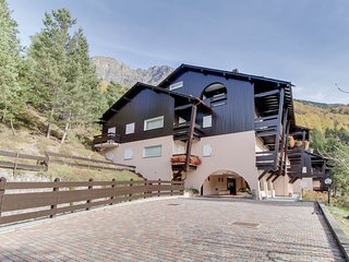 Two garden-level apartments w/ patios & mountain views - near skiing/spas!