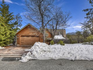 Charming 3 Bedroom, 2 Bath Cabin with Stunning Views!!!