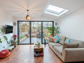 Stunning 2-Bed Apt with Garden, close to Tube