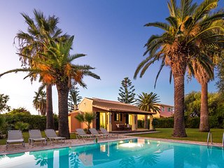 Villa Angelos: Fully equipped villa, with private pool and gardens, not far