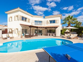 Villa Rio, HOT TUB HEATED POOL NR CORAL BAY BEACH AND CENTRE