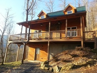 LUXURY LOG CABIN - NEW HOT TUB, WIFI, FIRE PIT, VIEWS & GAME ROOM!