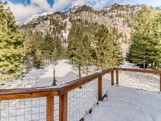 Mountain chalet w/ great deck & views of Nason Ridge - near skiing & Leavenworth