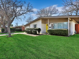 Family-friendly home w/large backyard, garage - close to airport and Six Flags!