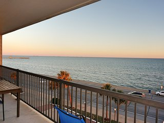 Galveston Ocean Front Condo, Breath-Taking Ocean View, 3 Pools BBQ Grills