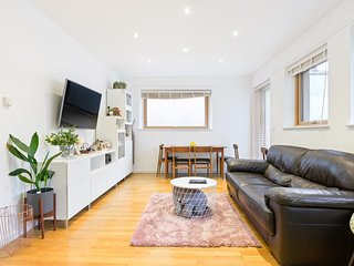 Modern & Bright 2-Bed Apt, w/Patio in Camberwell