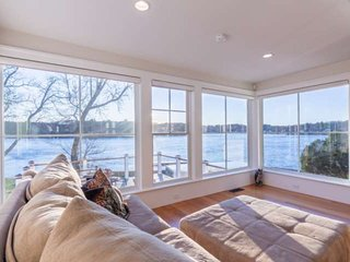 New! RiverBend Landing: Luxury Waterfront, Dock, Hot Tub, 4 suites, gourmet kitc