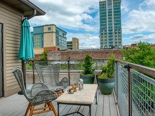 Stellar Luxe with Rooftop Veranda