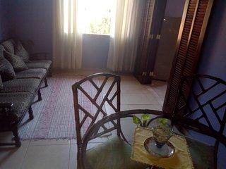 Alugo suíte ampla a 500M da praia de Itaúna ( Wi-Fi). Restaurantes próximos.