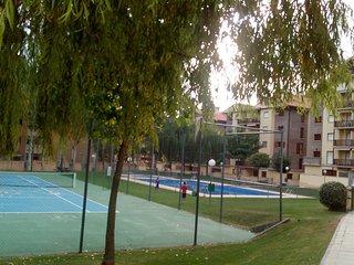 Apartamento en Jaca para 6 personas,3 habitaciones, urbanización con piscina
