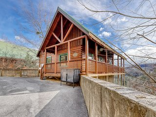 Welcoming cabin w/ a private hot tub, shared, outdoor pool, & amazing views!