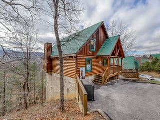 Log cabin with private hot tub, resort pool, pool table & amazing views!