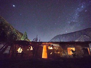 Tantakuy - off-the-grid earth home with mountain, farm & star views