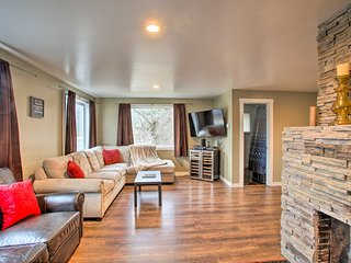 NEW! Modern Home - Walk to Dining, <1 Mi to Skiing