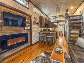 New authentic luxury tiny house w/ private hot tub - close to town!
