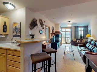 Centrally located top-floor condo w/mountain views. Walk to restaurants & marina