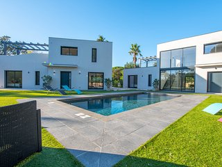 Lovely, modern home with a shared swimming pool - walk to the beach!