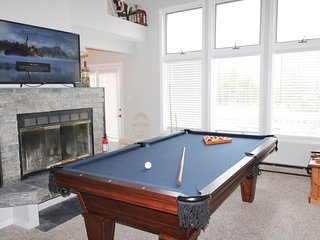 Townhouse WIFI, Cable, Pool Table,Fireplace,Large TVs near lake and slopes,
