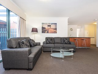 Subiaco Village with pool, BBQ & spa - free parking and wifi - two bedroom