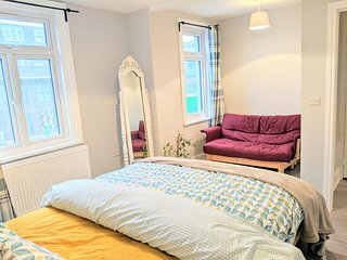 Beautiful bright 4 bed 2 bath home with garden near central London sleeps 15