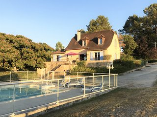 ***NEW ***LOVELY HOLIDAY HOME WITH FENCED POOL, GARDEN & VIEWS 14KM FROM SARLAT