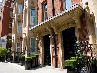 Beautiful 2 bedroom apartment just off Sloane Street