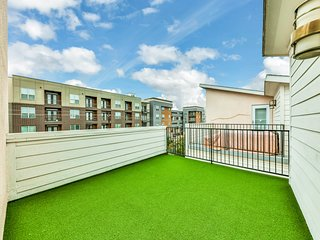 City townhome w/balcony,rooftop deck,enclosed yard,two-car garage-Amazing views!