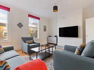 Cosy & Spacious Three Bedroom Apartment, Sleeps 6