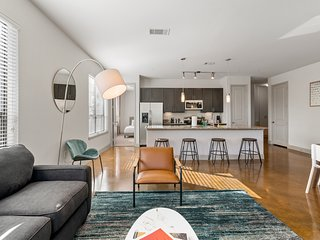 Kasa | Houston | Luxurious 2BD/2BA Museum District Apartment