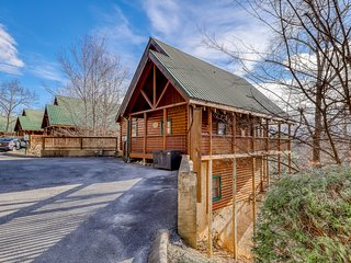 Peaceful cabin in a gated community w/ private hot tub & shared pool!