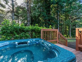 Abalone House ~Hot Tub, 4 bedrooms, 2.5 baths, Fire Pit~7th Night Free
